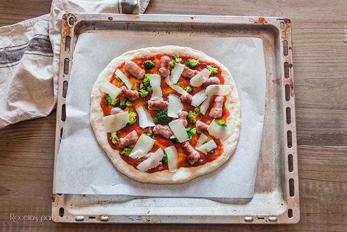 pizza de salchichas y brócoli